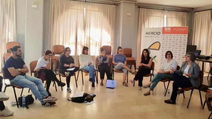 Leire Iglesias visita a los jóvenes participantes en el curso básico de cooperación internacional para el desarrollo