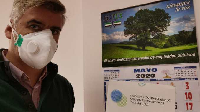 Delegado de SGTEX muestra los test serológicos de COVID19 en la sede del Sindicato en Mérida.