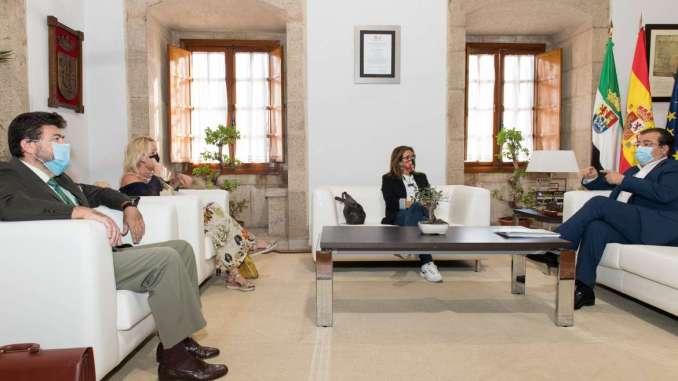 El presidente de la Junta de Extremadura se reúne con los agentes sociales y económicos