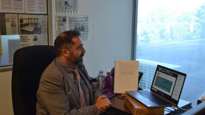 """Así lo ha manifestado este miércoles durante el acto de presentación del webinar organizado por la Secretaría General de Ciencia, Tecnología, Innovación y Universidad y la Fundación para el Desarrollo de la Ciencia y la Tecnología en Extremadura-Parque Científico-Tecnológico de Extremadura (Fundecyt-Pctex), destinado a abordar el problema de la seguridad de la información almacenada o transmitida en el ciberespacio. Para García """"la región debe dotarse cuanto antes de aquellas infraestructuras y servicios capaces de generar confianza digital, tanto en las empresas como en los ciudadanos, razón por la cual constituye uno de los ejes de actuación prioritarios para la Junta de Extremadura"""". Durante su intervención ha subrayado que """"apoyar el emprendimiento digital no es posible sin un apoyo decidido tanto a la implantación de nuevos recursos TIC en las empresas como de aquellos sistemas que garanticen la seguridad de sus operaciones a través de la red"""". En este sentido ha señalado que las ayudas al teletrabajo y el emprendimiento digital convocadas en noviembre por primera vez desde Agenda Digital """"se proponían apoyar a los emprendedores digitales extremeños desde esos dos ángulos, desde la implantación digital y desde la ciberseguridad"""". El Encuentro sobre Ciberseguridad y Protección de Datos ha contado con la participación de expertos de reconocido prestigio que se han encargado de analizar las claves en las que se desenvuelve la nueva economía, entre los que se encontraba el especialista en ciberseguridad, Deepak Daswani; el doctor en informática de la Universidad de Extremadura, Andrés Caro; la ingeniero en telecomunicaciones, María Riesco; la experta en criptografía y seguridad de la información del CSIC, Verónica Fernández, y la consultora especializada en robótica y automatización, Ana Ayerbe."""
