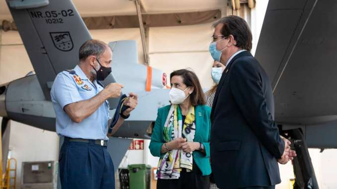 Fernandez-Vara-visita-junto-a-la-ministra-Margarita-Robles-la-Base-Aerea-de-Talavera-la-Real