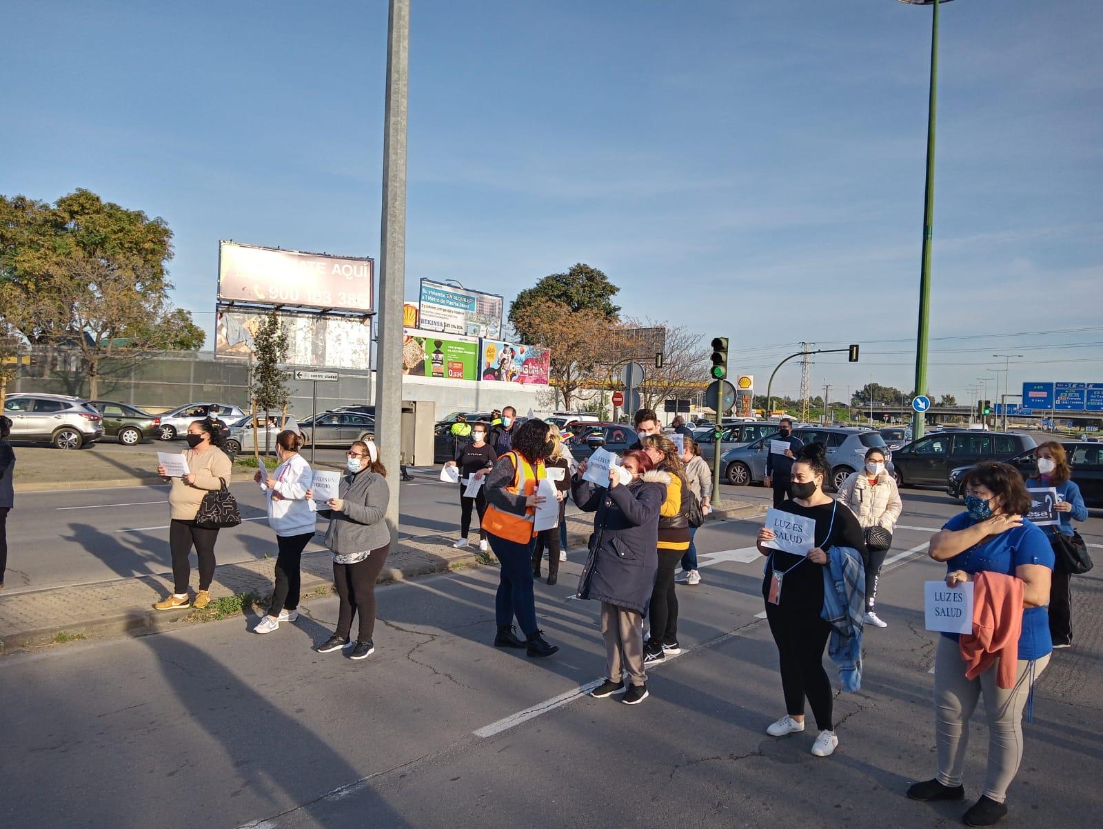 Movimientos sociales reclaman soluciones a los cortes de luz en el Polígono Sur de Sevilla