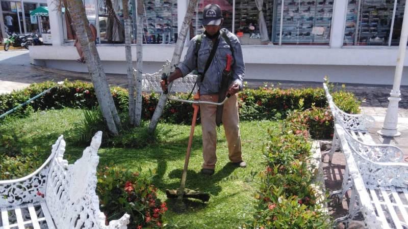 Realizan labores de mantenimiento a áreas verdes de Catemaco