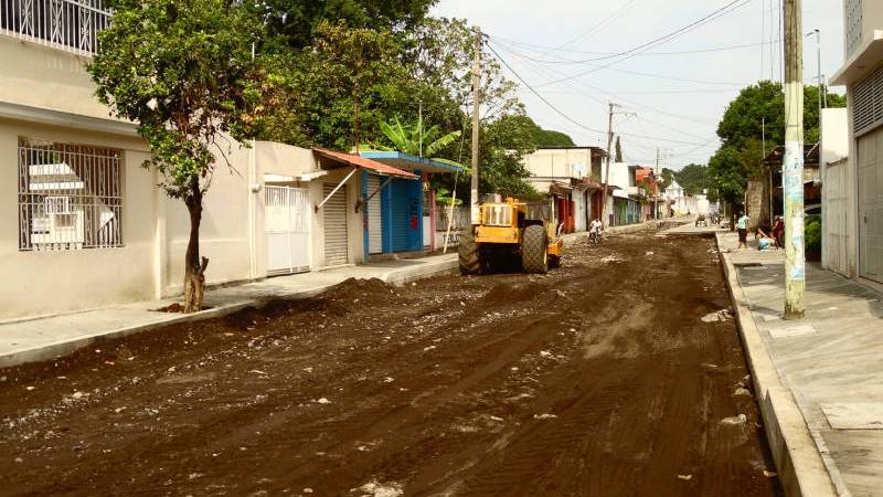 Realizan trabajos de pavimentación en la colonia El Rodeo, de Catemaco