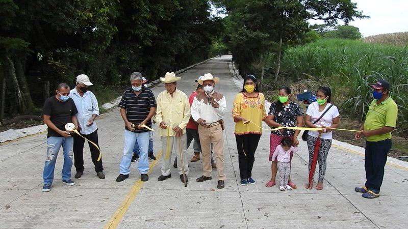 Inaugura Arturo Herviz primera etapa de pavimentación de carretera en La Perla de Michapan