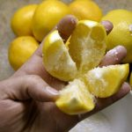 Corte 1 limão em 4 partes, coloque um pouco de sal e coloque-o no meio da cozinha! Essa dica vai mudar a sua vida!