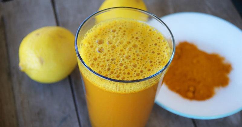 Isso é o que acontece quando você bebe água morna, limão e açafrão todas as manhãs.
