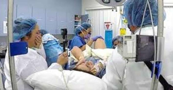 Mãe dá a luz pela segunda vez a gêmeos, no momento do nascimento enfermeira cai em prantos