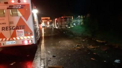Photo of Duas pessoas ficam feridas após grave acidente na BR-116 em Jaguaquara; confira o vídeo