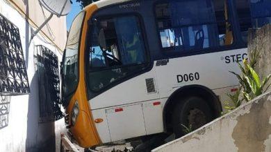 Photo of Micro-ônibus bate em muro e invade condomínio na Bahia