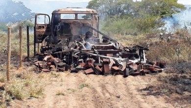 Photo of Região: Caminhão pega fogo e fica destruído após bater em poste; duas pessoas foram socorridas para o hospital