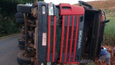 Photo of Motorista fica ferido após caminhão carregado com bloco tombar em rodovia da região