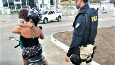 Photo of Bahia: Avó, sem CNH, é flagrada transportando neta de 2 anos em moto amarrada com uma blusa