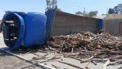 Photo of Vídeo: Uma pessoa morre após ser atingida por carga de madeira em Conquista