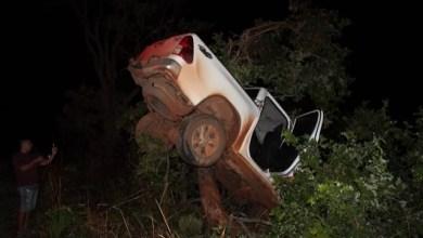 Photo of Mulher morre após acidente com caminhonete na Bahia; veículo ficou preso em copa de árvore