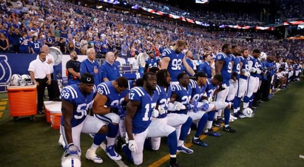 La NFL pide a los jugadores permanecer de pie durante el himno de EEUU