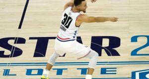 Curry anota 36 puntos con 10 triples y salva a Warriors ante Kings