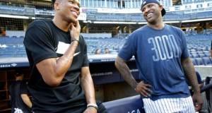 Antetokounmpo intenta batear en el Yankee Stadium