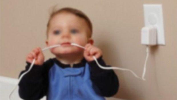 Niño-mordiendo-cable