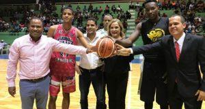 Jatnna Tavárez realiza el saque de honor en la ceremonia de apertura del Torneo de Basket Superior de San Cristóbal