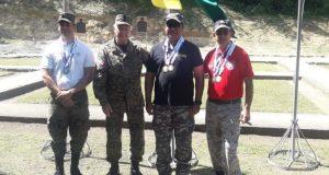 Kalil Haché premia a Edgar Ulerio, medalla de oro en tiro con pistola, Víctor Henríquez, plata, y Rafael Vargas, bronce