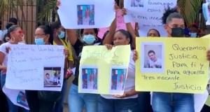 comunitarios-de-guaraguao-protestan-frente-a-palacio-de-justicia-de-sfm-por-muerte-de-tres-jovenes