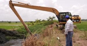 indrhi-limpia-canos-en-el-bajo-yuna-para-acelerar-drenaje-de-las-aguas