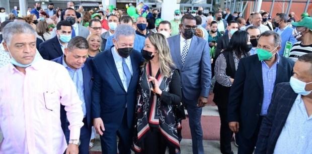 ex-presidente-fernandez-es-recibido-en-ny-por-decenas-seguidores