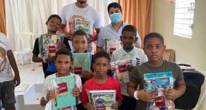 gigantes-del-cibao-y-los-indios-de-san-francisco-entregan-kits-escolares-en-los-minas