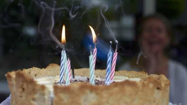 Niño enfurece contra tía que lo obliga a darle mordida a su pastel de cumpleaños