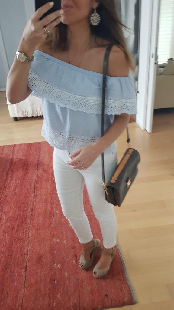 Off shoulder top e jeans: look del giorno