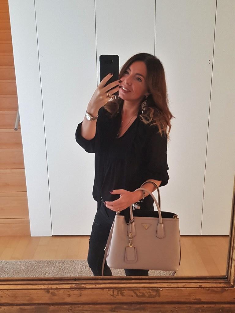 Look del giorno: total black con accessori nude / beige