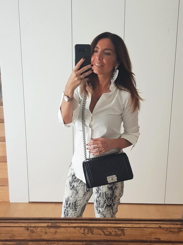 Look del giorno: pantaloni pitonati e camicia bianca
