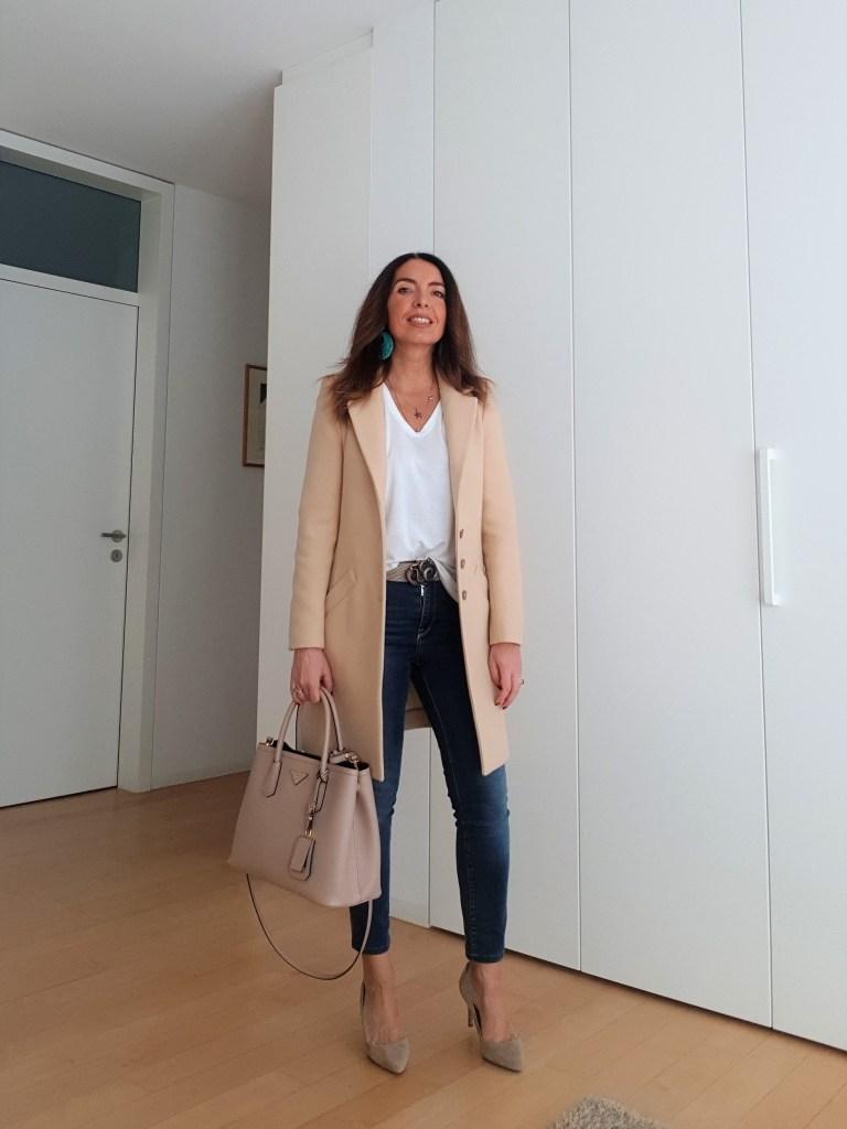 Moda primavera estate 2019: jeans, T-shirt e cappotto leggero beige