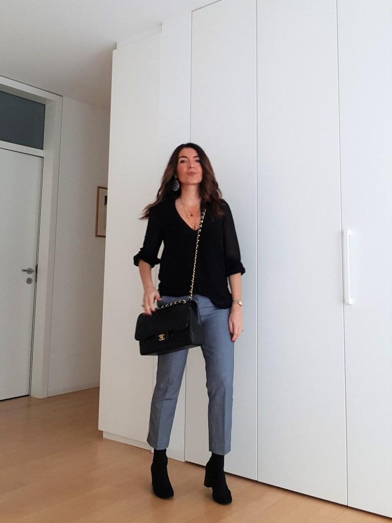 Büro Mode 2019: Hose mit Streifenmuster, schwarze Bluse und Chanel Jumbo bag