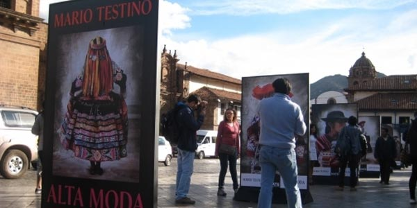 Exposición de fotografías de Mario Testino en plaza de Armas de Cusco