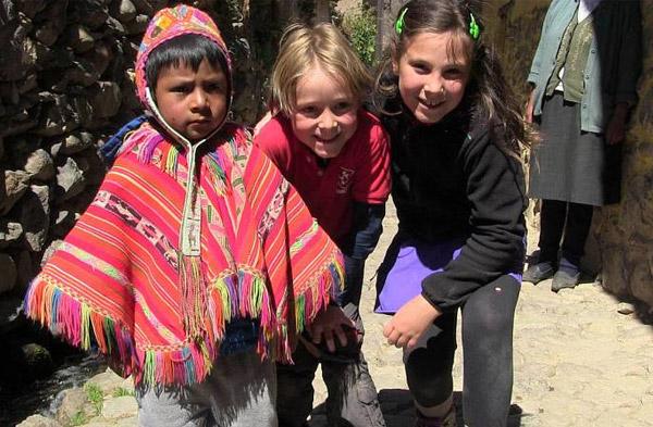Programa de TV español 'Mi familia en la mochila' se adentra en el Valle Sagrado de los Incas