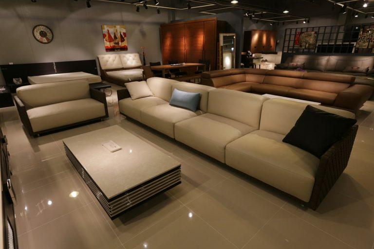 Divani in microfibra contro divani in tessuto