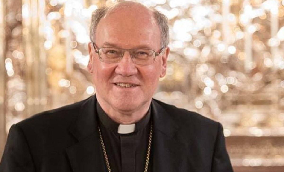 Piscina e amante con i soldi della Chiesa vescovo nei