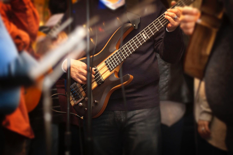 Bassist in Studio