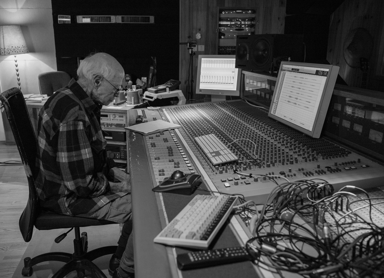 Barre Phillips in studio