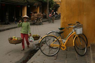 La porteuse et le vélo