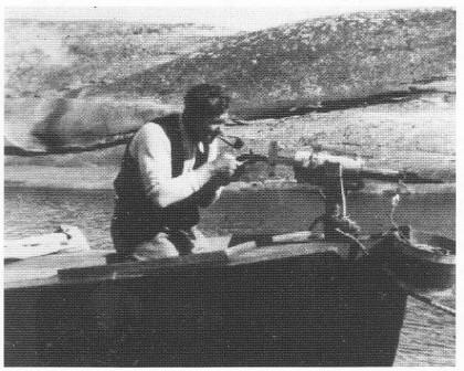 Hans Abrahamsen med en miniatyrkanon på Hoftøya.