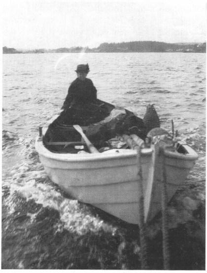 Ellen Alfsøe på vei ut til sommerstedet på Mellom Bolæren