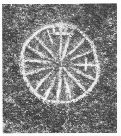 Kompassrosen på Boærne sett mot nord. Legg merke til korset som er brukt som er brukt som symbol for Øst. Symbolet for nord må vi oppfatte som en forenklet utgave av «Den franske lilje». Kompassrosen på Bolærne er ra midt på 1500-tallet.