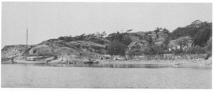 Familien Bondes «Solvik» i ørebukten syd på Mellom Bolæren. Inngjerdingen var et forsøk på å holde beitende sauer utenfor hagen.