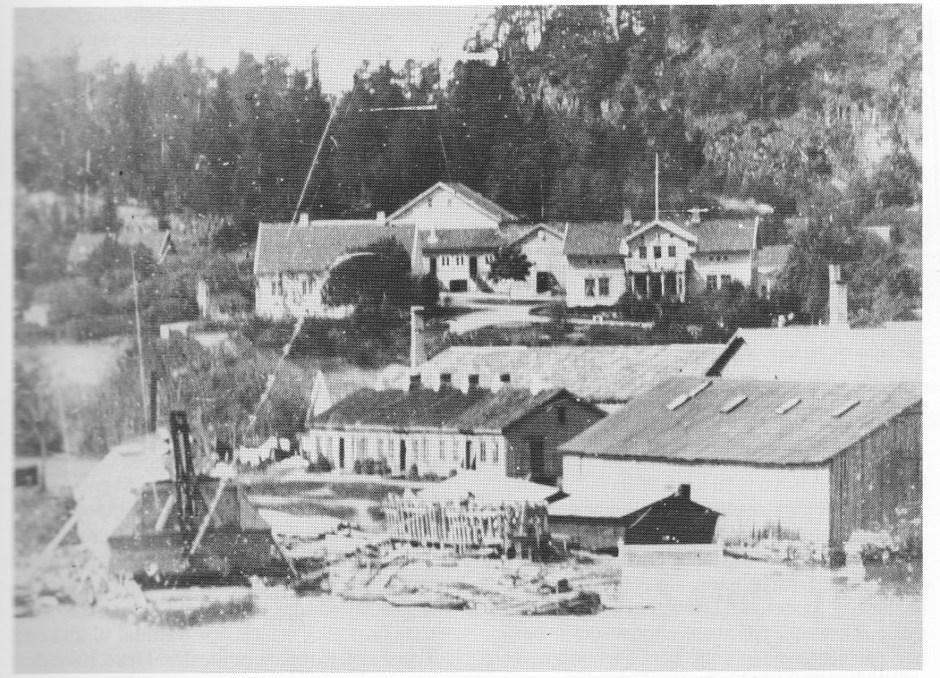 Nærbilde av Ramdal med Revodden-verftet i forgrunnen fra 1892 — to år før Svend Foyn døde.