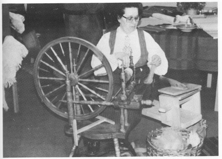 Ida Borsheim ved rokken.
