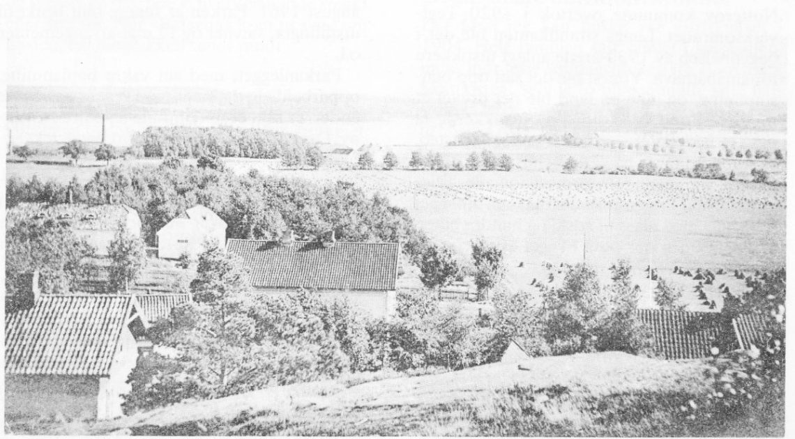 Et av de få bildene som finnes av Tønsberg Teglverk (fabrikkpipene til venstre). Til høyre i enden av alléen gården Hjertnes (se også artikkel om Hjertnes gård). Driftsbygningen på Teglverket ble revet i 1909. Bildet er tatt fra åsen opp for krysset Gamleveien—Kirkeveien.