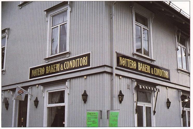 Skiltene på dagens Nøtterø Bakeri på Borgheim forteller også om navnestriden. Bemerk én t på venstre side, og to t' er på høyre side.
